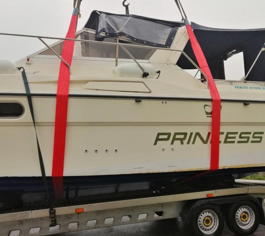 rozładunek białej łodzi